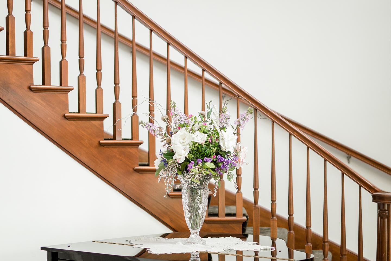 Modern staircase idea in entryway